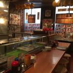 焼肉のひがし田 - 店内。カウンターと2階もあります。
