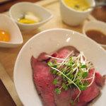 アイリッシュパブ カプリシカ - ローストビーフ丼ハーフサイズ