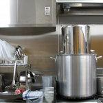 ラーメン家 みつ葉 - ピカピカに磨き上げられた厨房