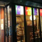 寺カフェ - 外から見るとガラス張りで開放的なのですが、上の方の幕がそれとなくお寺らしいですね。