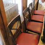ラーメン荘 歴史を刻め - 店内のウェイティングスペース