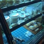 あまたにチーズ工房  - 冷蔵ケース