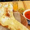スパイスタウン - 料理写真:でーーーっかいナン おかげでドリンクやサラダがミクロに見える