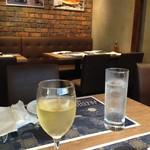 ラ フィーリア デル プレジデンテ - 2017/7/8 グラスワインとチンザノドライ