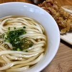 蓮 - 料理写真:かけ(並)@350円+げそ天@250円   滑らかで美味しい麺♪お出汁は昆布がメインでしょうか。優しいお味です。一般的な関東のうどんに比べたら色はかなり薄い方ですが関西へ行くと更にクリアですもんね!