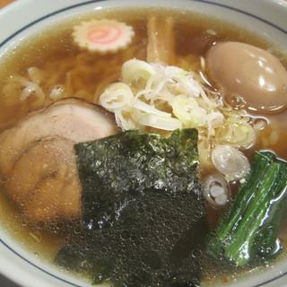 味処 むさし野 - 料理写真:中華そば。澄んだスープの中に潜むコク