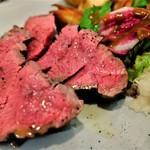 炭火焼赤身肉とクラフトビール ヴァベーネ - 赤牛の炭火焼き