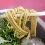 94238545 - 麺は中太でモチモチ食感で、黒々としていながらも塩気がマイルドで旨味ほとばしるスープとマッチ!