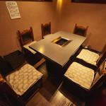 本格焼肉 寿香苑 あまつぼ - 人気の5〜6名テーブル個室。