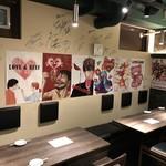 『肉山』神戸 - スポーツ選手のサインが壁に沢山あります。