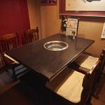 本格焼肉 寿香苑 あまつぼ - 4名様までのテーブル半個室。