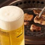 本格焼肉 寿香苑 あまつぼ - 生ビールはキンキンジョッキで。