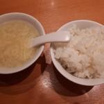 中国料理 牡丹飯店 - 普通盛りご飯と玉子スープ。