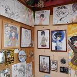 味処 大森 - ガルパン(細見)のサイン入り色紙がたくさん置かれていた。ガルパンファンの書いた絵だろうか?