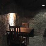 バロンルージュ - 店内は店名通り洞窟の中の様です
