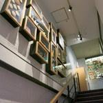 94260404 - 階段横の額の中は、東日本の名産品が飾られています。