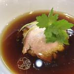 94262728 - 醤油のコクとキレがあるつけ汁には焼豚、鶏チャーシュー、メンマがタワー状に