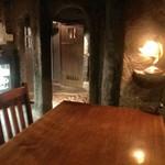バロンルージュ - 地下の店内に入ると玉砂利が…その奥にカウンターとテーブル席があります
