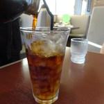 しまうま珈琲 - ドリンク写真:プレミアムアイスコーヒー テーブルでサイフォンで注ぎます