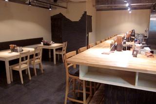 北野坂 奥 - 外観とは異なり、モダンで開放的な店内。