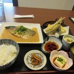 はじめの一歩 - 暫く待つとサバの味噌煮定食990円の出来上がりです。