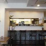 ル ヴェール フレ - 厨房とカウンターのほう