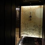 zensekikoshitsuminatoichiya - 8階のお店入り口。和モダン!