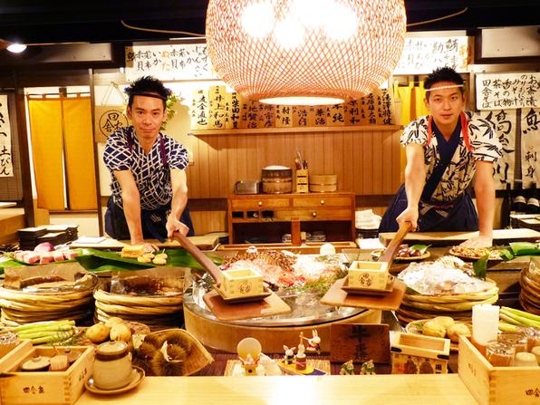 威勢のいいお兄さんたちが、炭火で焼いた食材を長いしゃもじで運ぶという日本の伝統を続けており、そのパフォーマンス見たさに訪れる外国人も多いそうです。