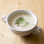 スイート  - 自家製クラムチャウダースープを、焼き立てフランスパンに添えて。カップでもご提供できます。