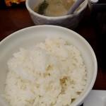スタミナホルモン食堂 食樂 - ライス(中)とスープ