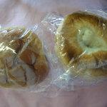 9431450 - クリームパン(左)とコーヒークリーム(ベーグル)