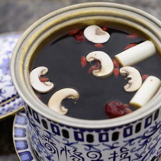 シャングリラ地方の天然きのこで煮込んだ『秘伝ブラックスープ』