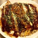 たむ商店 - 三次唐麺焼き 唐辛子を練りこんだ麺とお好み焼きが絶妙なバランス 広島鉄板焼き選手権優勝の一品だけある