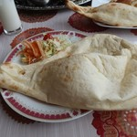 モティ - 野菜カレーのセットのナンとサラダ