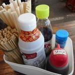 カキ小屋 - 卓上の調味料