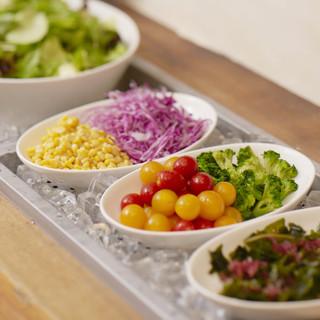 食べ放題の新鮮サラダバー