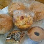 リンゴン - フリームチーズとトマトのマフィン240円、全粒粉の丸パン105円、新生姜のプチカップケーキ180円、北欧リンゴジャムクッキー105円