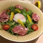 半熟卵と生ハムのシーザーサラダ