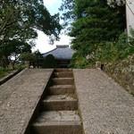 94342525 -       長源寺の裏山中腹にある 「桑原薬師堂」                       人に慣れている猫ちゃん      全く動じません (笑)