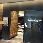 フォカッチェリア ラ ブリアンツァ - モダンな店構え