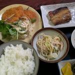 武屋 - 夜の定食  650円 豚カツ(ヒレ肉)   焼魚(鯖麹漬け) スパゲティサラダ  漬物 おかか煮  じゃが芋炒め