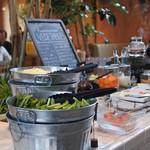 デイズ キッチン - ランチタイムのみ、お料理注文のお客さんは、サラダバーが¥600+税でセットに出来る