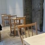 ブルーボトルコーヒー - 店内奥のテーブル席。