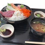 とまりん - 料理写真:海鮮まんぷく丼(1058円)