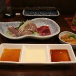 94381073 - 鶏刺し(ハツ&レバー&砂肝の湯引き)、鶏胸の湯引き(黄身醤油)