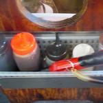 肉のオカヤマ直売所 - テーブル横の調味料