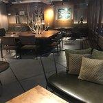ネイバーフッドアンドコーヒー - 店内雰囲気。普通のスタバより一層落ち着いた雰囲気です。