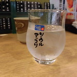 94389501 - 焼酎のロックが入ったソウルマッコリと書かれたグラス350円(別)