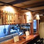 魚酒房 まんま亭 - カウンター上に日替わり魚介類の表示