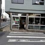 甘太郎焼 - ちょうど商店街のど真ん中にあるんです。